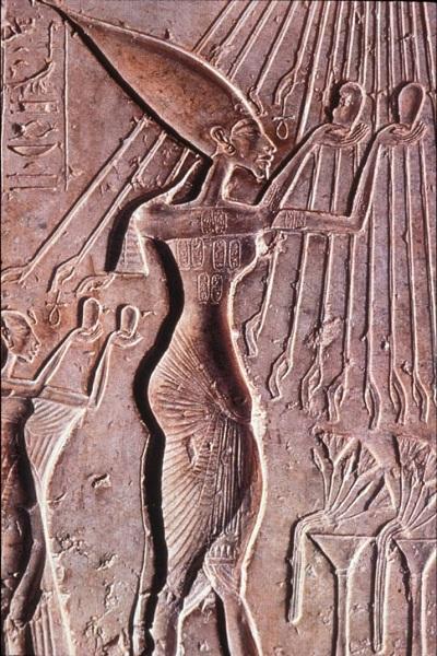 akhenaten worshiping aten