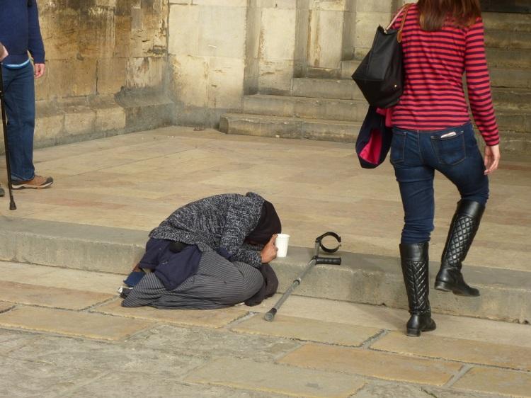 lisbon-cathedral-beggar
