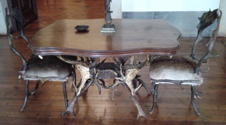 mafra-8-antler-and-hide-table-and-chairs